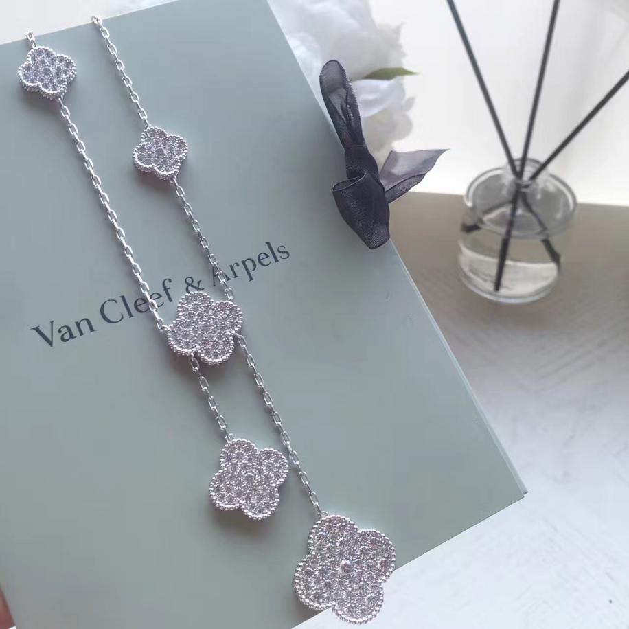 Белое Колье Van Cleef & Arpels камни в белом 6 цветочков