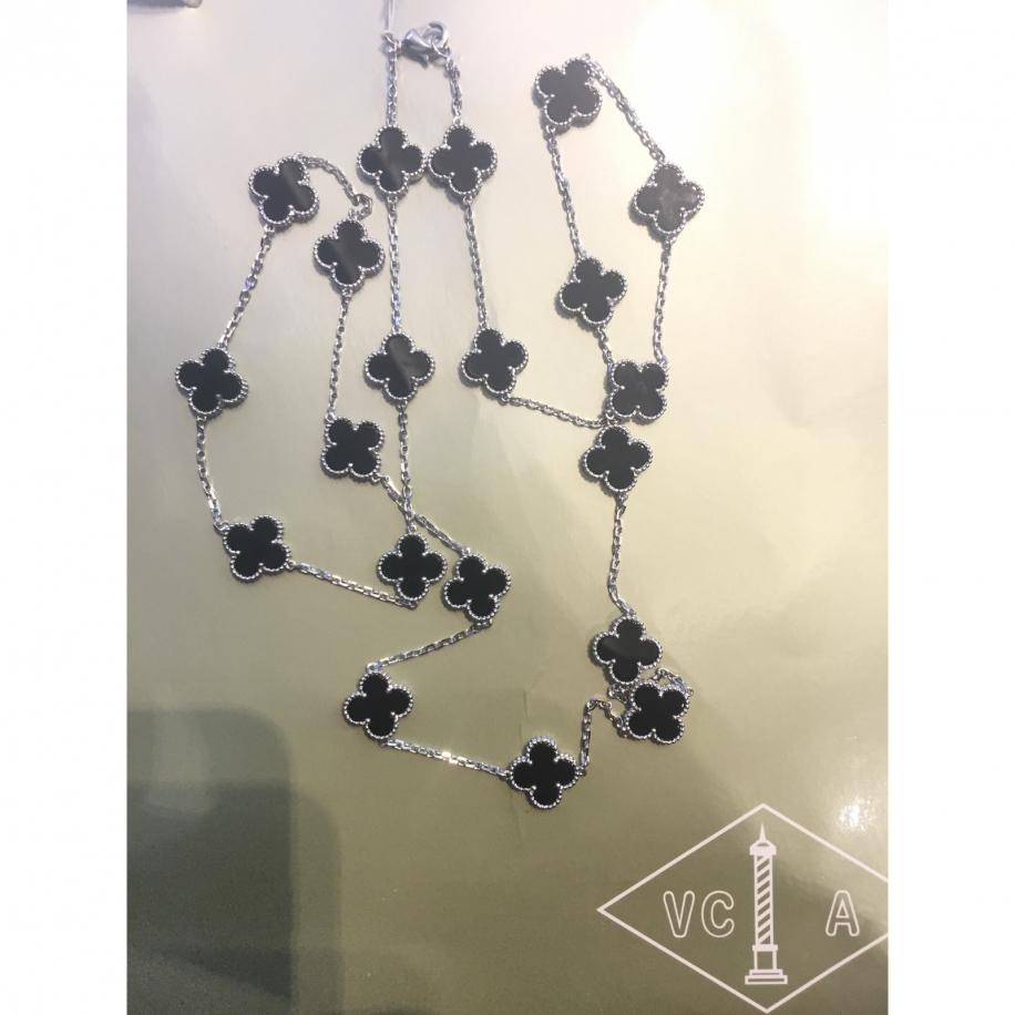 Черное Колье Van Cleef & Arpels 20 цветочков в белом