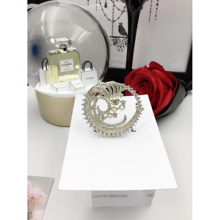 Золотая Брошка Chanel полумесяц белые камни жемчужинки