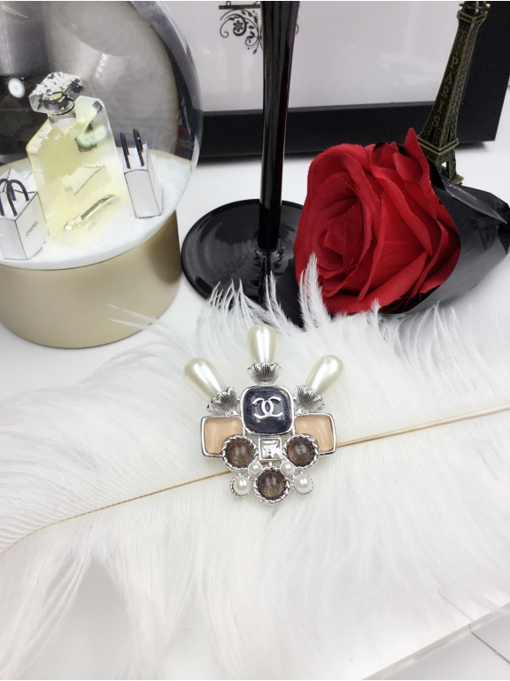 Белая Брошка Chanel трезубец жемчужинки белый