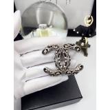 Матовая брошка Chanel белые вензеля
