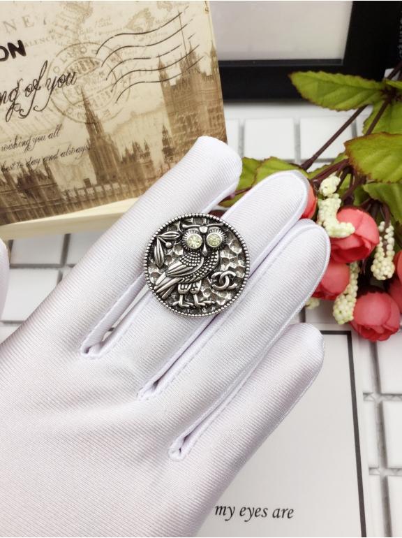 Белая брошка Chanel круг сова