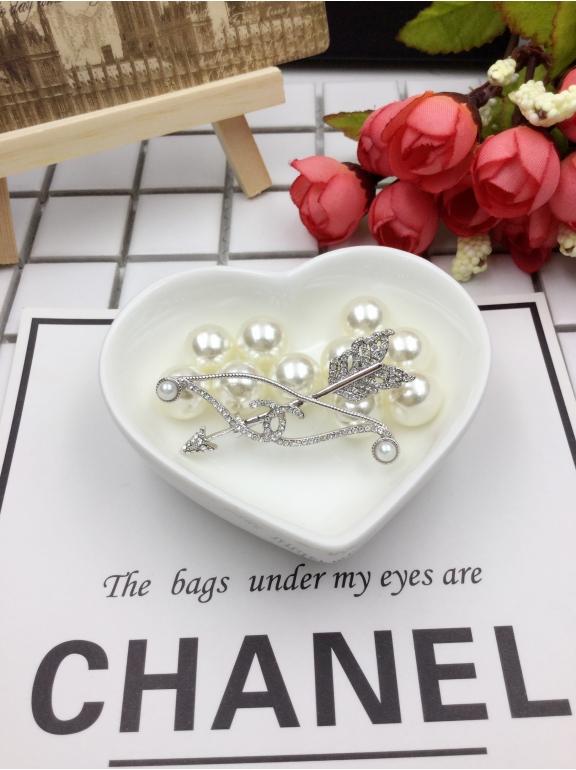 Белая брошка Chanel стрела камни