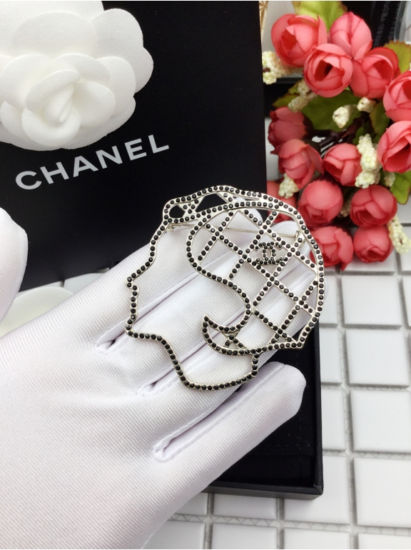 Черная брошка Chanel камни