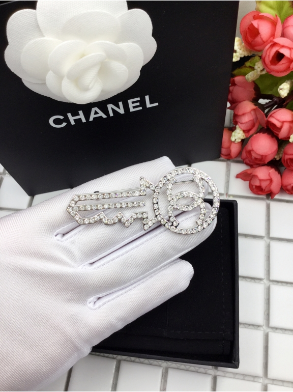 Белая брошка Chanel ключ