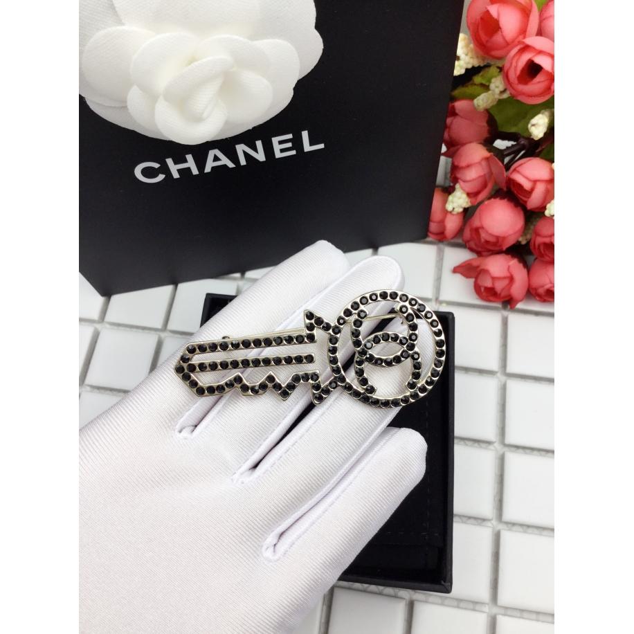 Черная брошка Chanel ключ