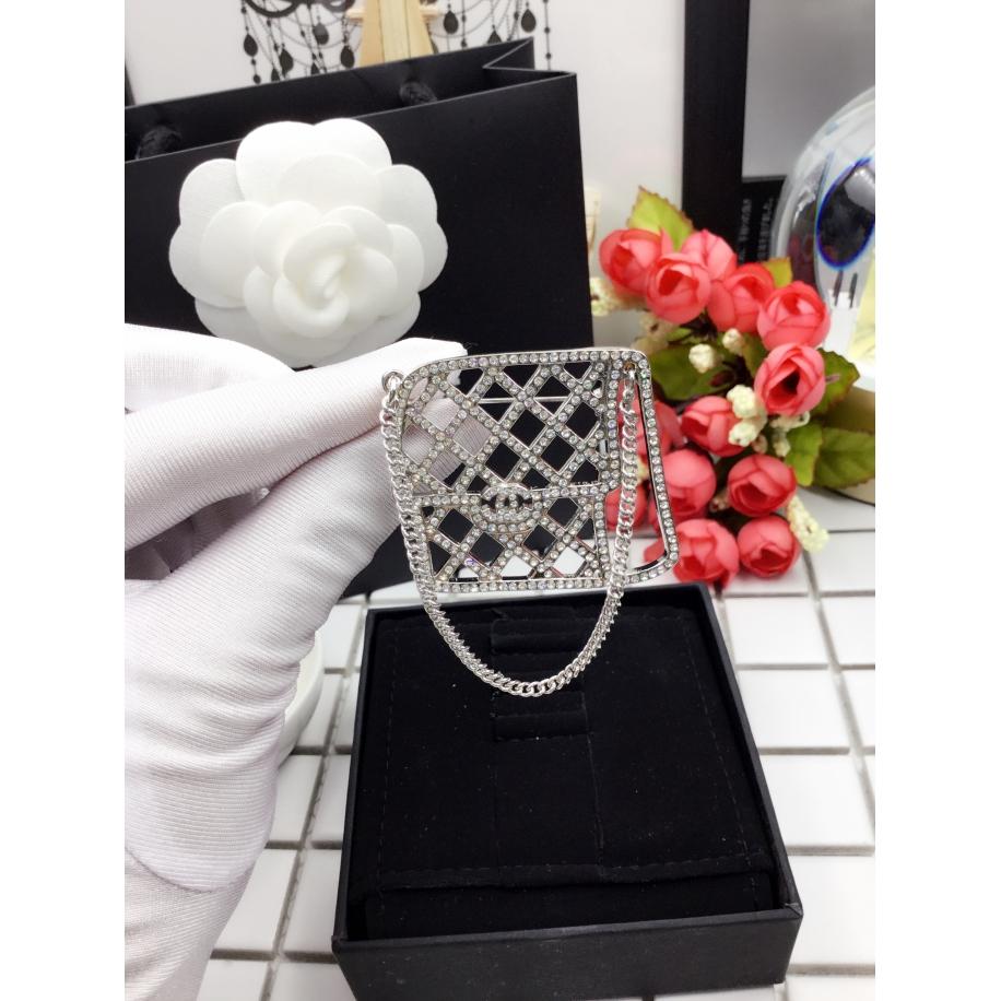 Белая брошка Chanel сумочка