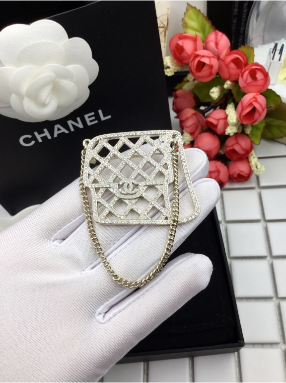 Золотая брошка Chanel сумочка