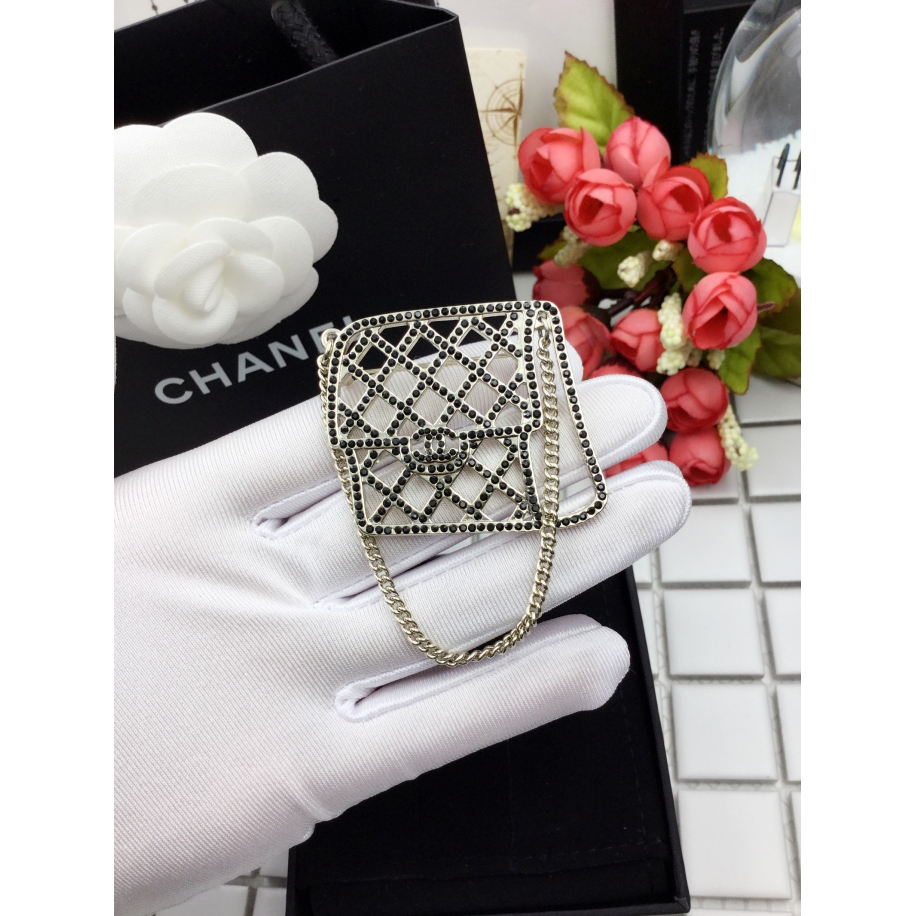 Черная брошка Chanel сумочка