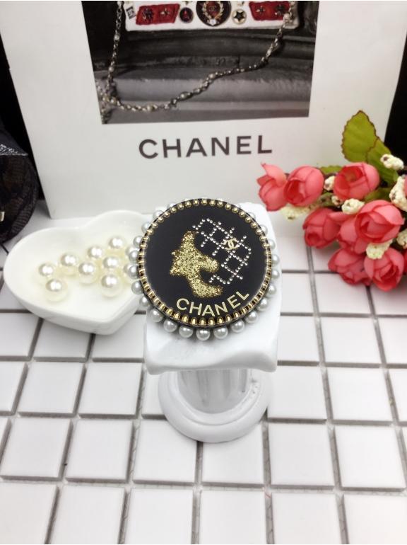 Черная брошка Chanel круг