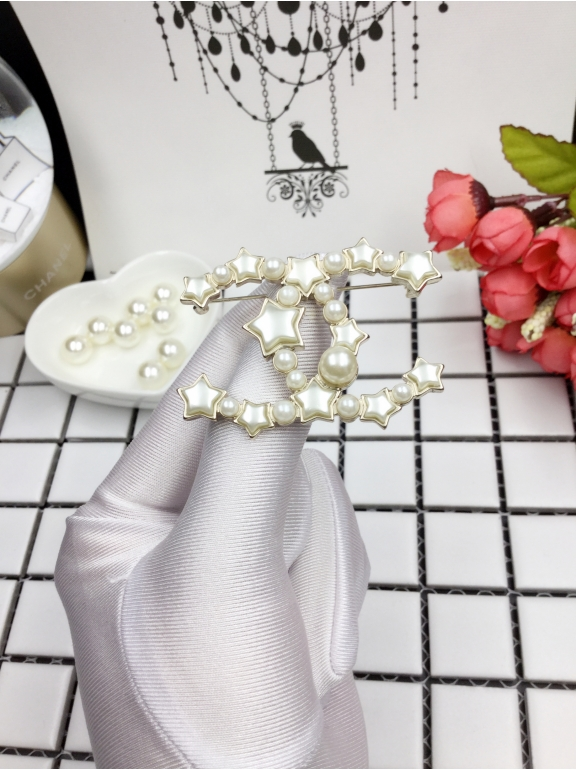 Золотая брошка Chanel белые звезды