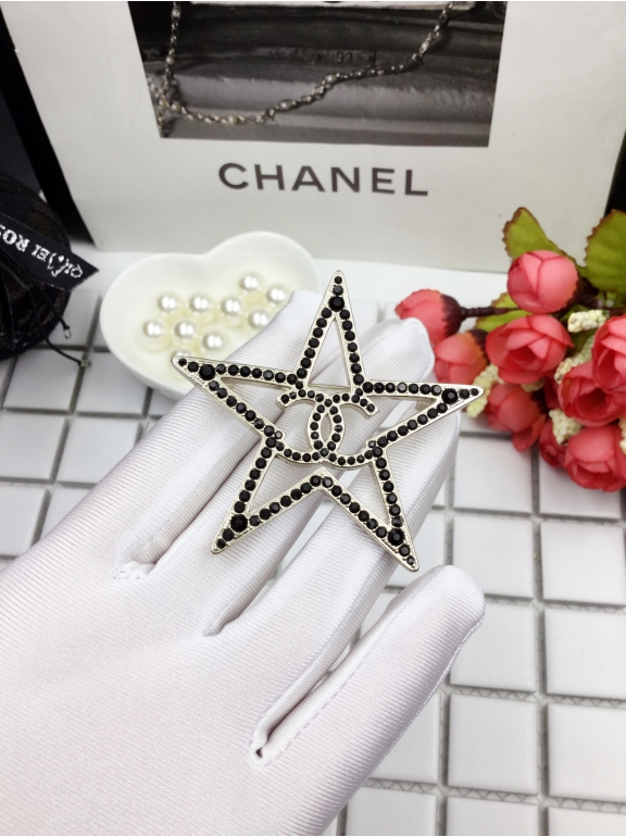 Черная брошка Chanel звезда
