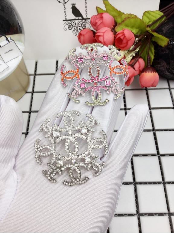 Белая брошка Chanel разноцветные камни