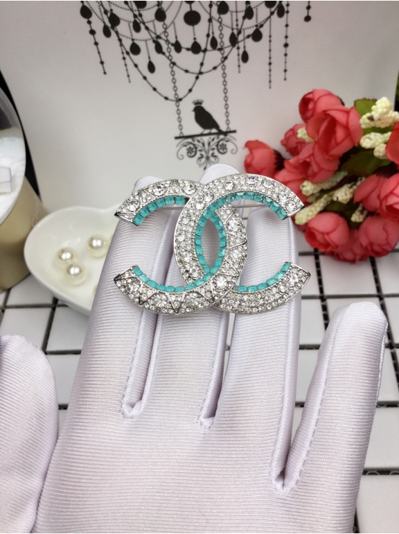 Белая брошка Chanel бирюзовые камни