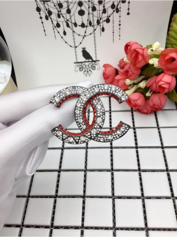 Черная брошка Chanel красные камни