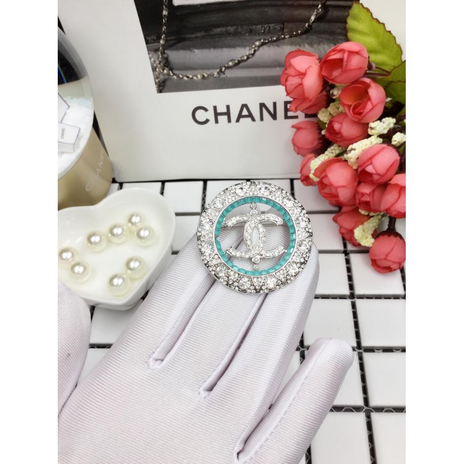 Белая брошка Chanel круг бирюзовые камни