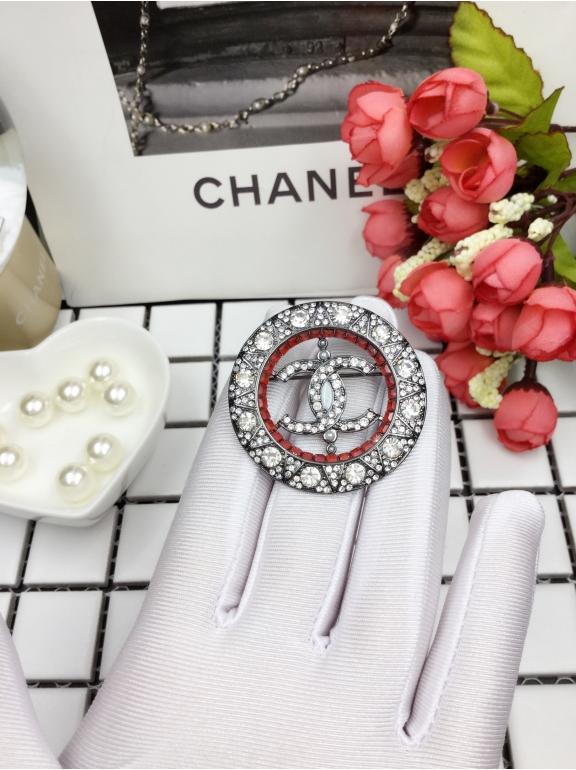 Черная брошка Chanel круг красные камни