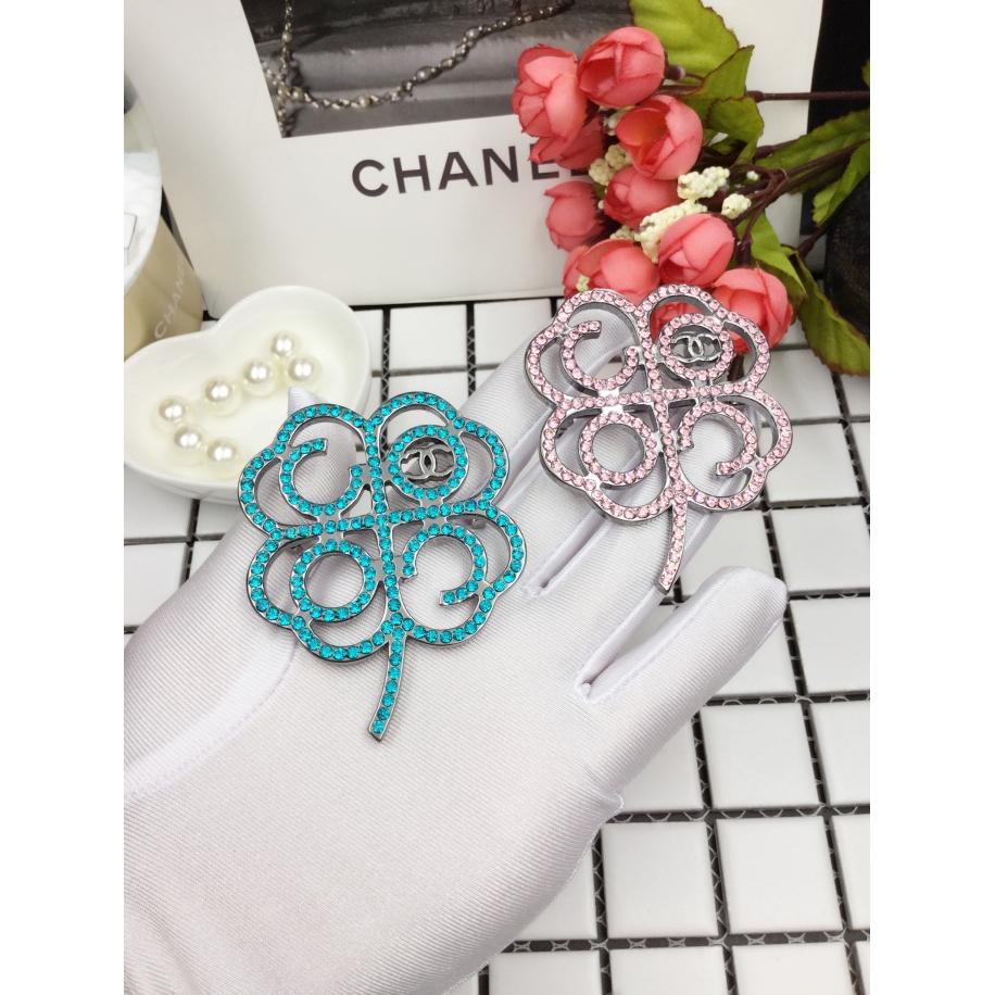Голубая брошка Chanel клевер