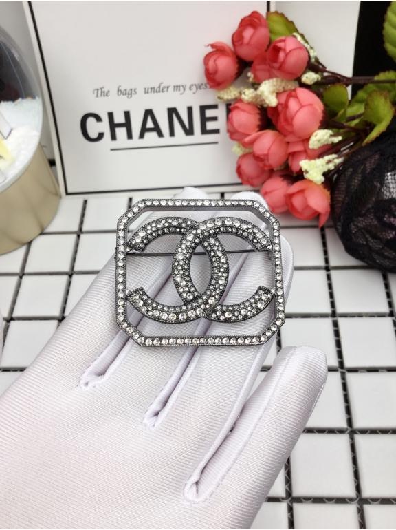 Черная брошка Chanel квадрат
