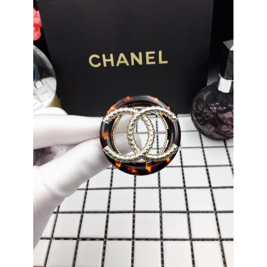 Янтарная брошка Chanel