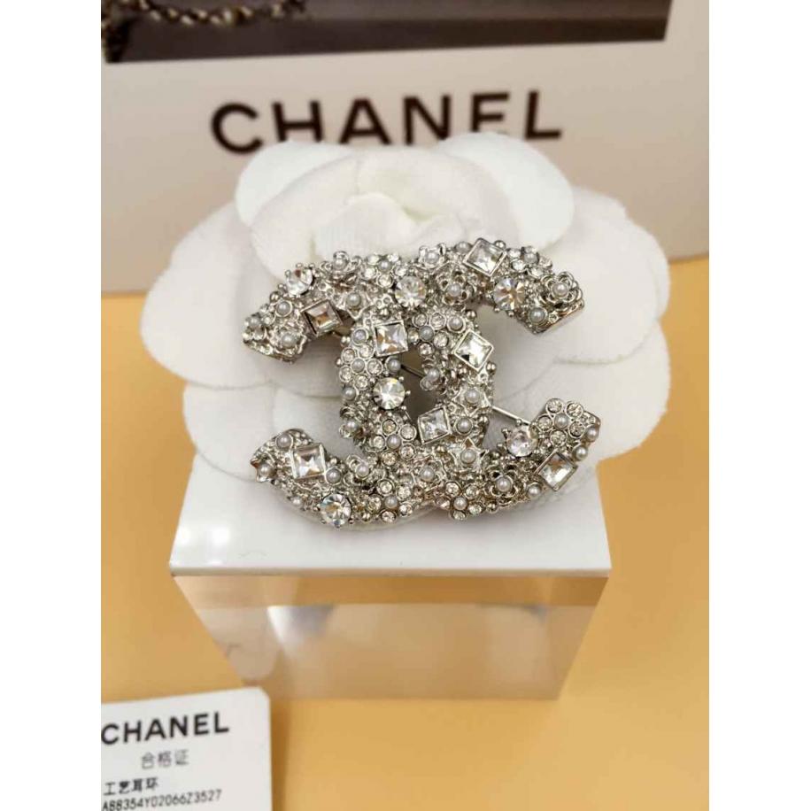 Белая брошка Chanel камни жемчужинки