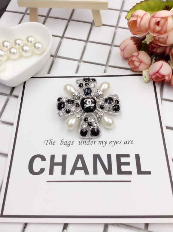 Белая Брошка Chanel бело - черные камни жемчужинки