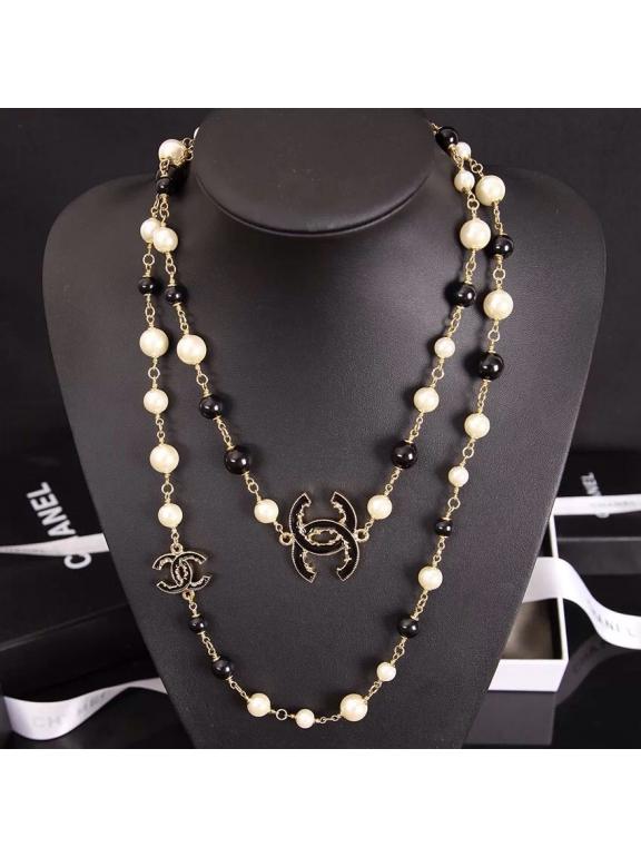 Колье Chanel бело черные жемчужинки черные значки эмаль