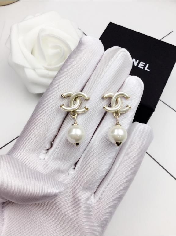 Белые Серьги Chanel белый матовый значок жемчужинка