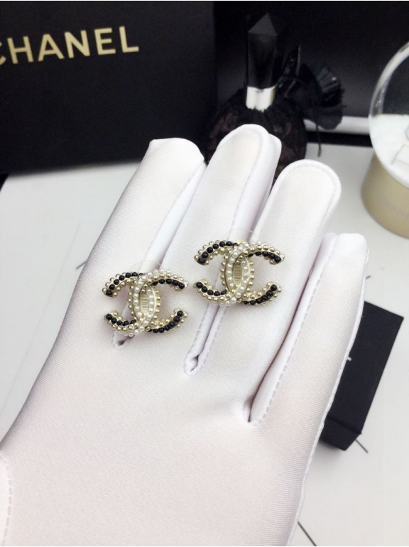 Золотые серьги Chanel значок черно - белые жемчужинки