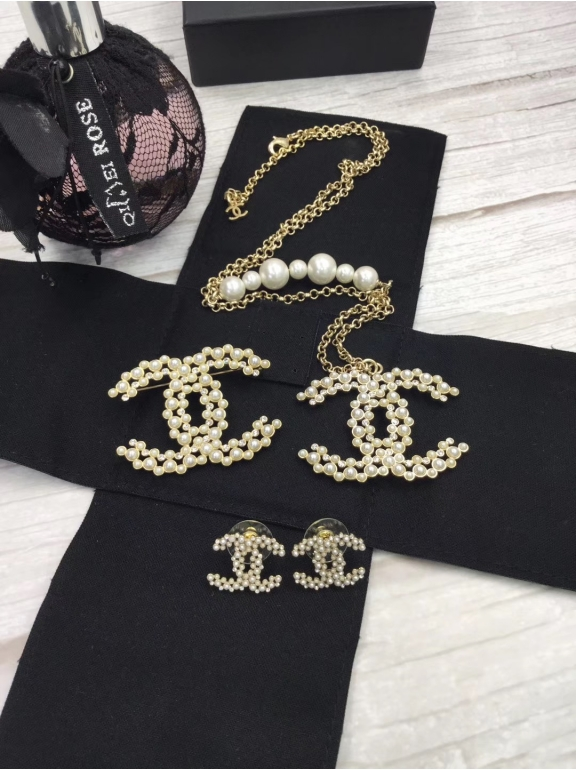 Золотые серьги Chanel значок жемчужинки камни