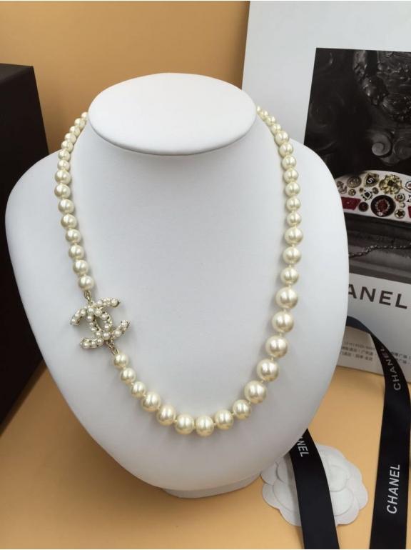 Колье Chanel белый жемчуг белый значок