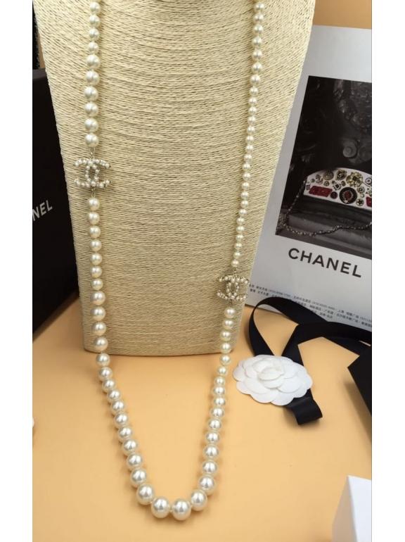 Колье Chanel белые жемчужинки белые значки