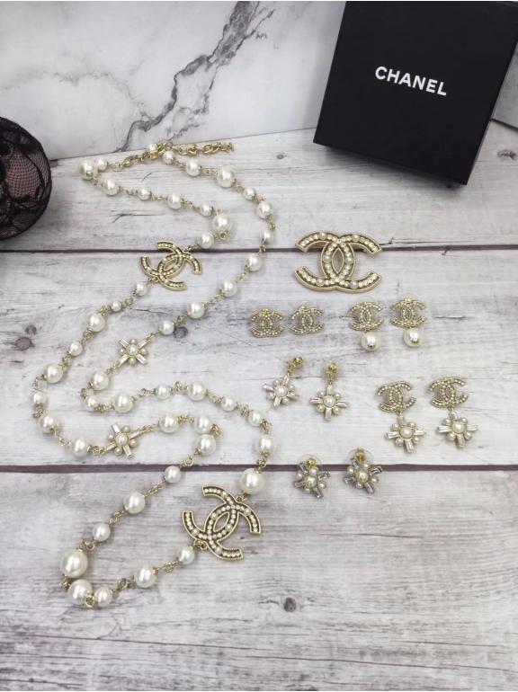 Колье Chanel золотые значки камни белые жемчужинки