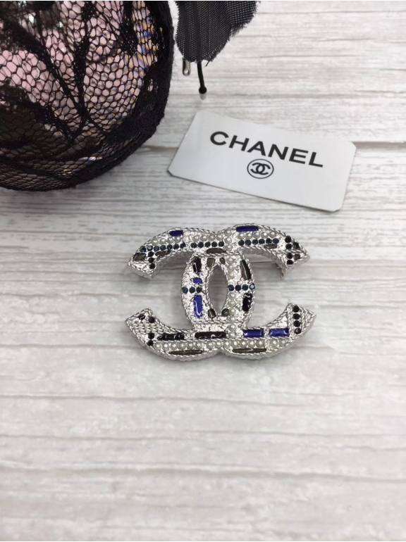 Белая Брошка Chanel разноцветная эмаль жемчужинки