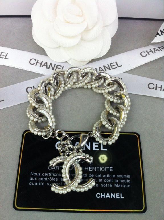 Белый браслет Chanel жемчужинки