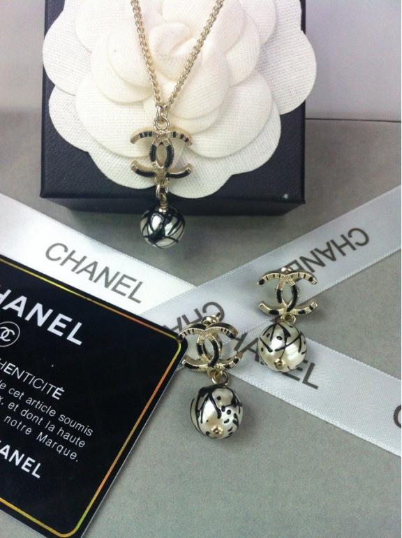 Золотая подвеска Chanel черно - белая эмаль