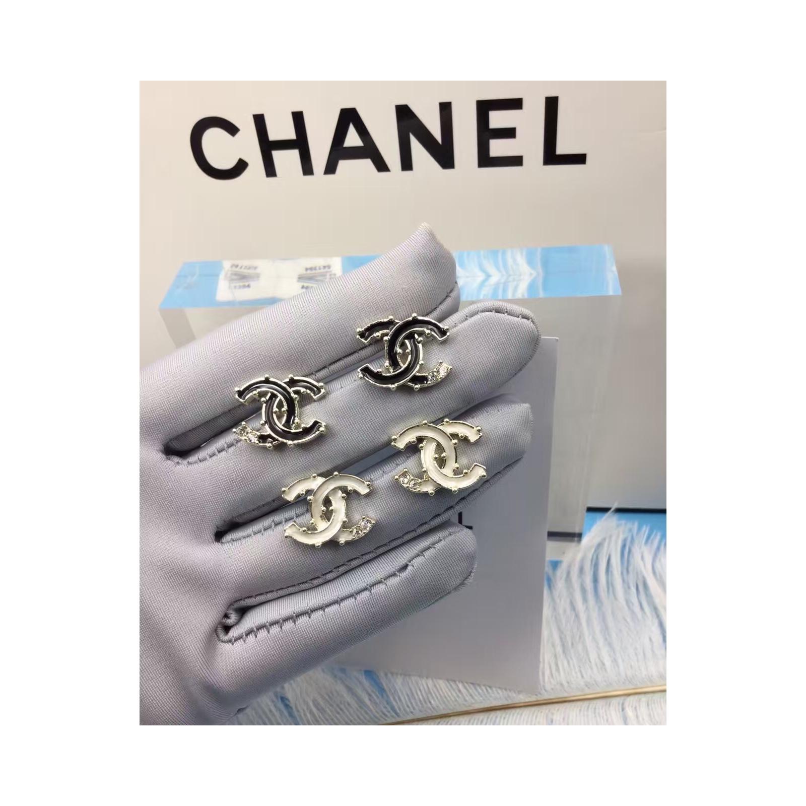 Купить Золотые Серьги Chanel белый значок эмаль камушки . Цена ... aeba783e05a