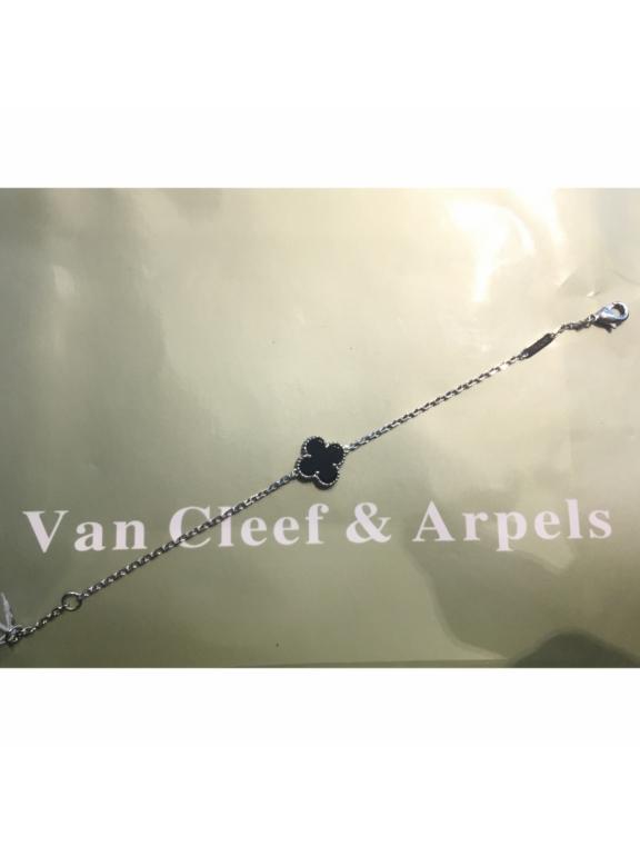 Черный Браслет Van Cleef & Arpels один цветочек в белом
