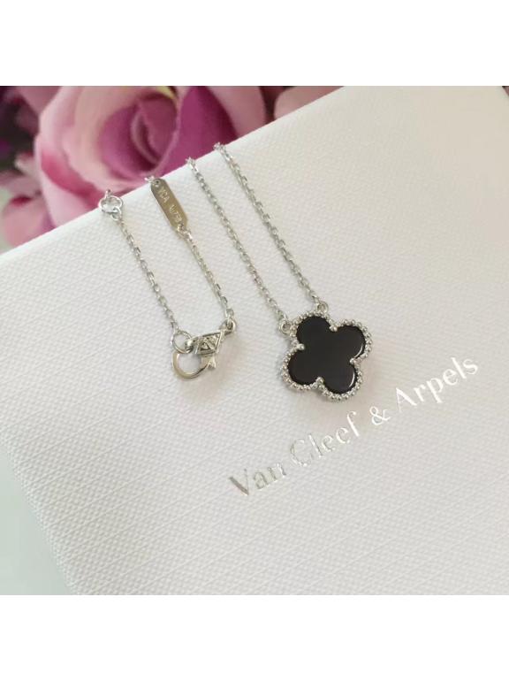 Черная Подвеска Van Cleef & Arpels один цветочек в белом