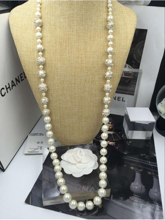 Белое Колье Chanel белые жемчужинки круги камни