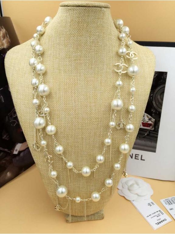 Колье Chanel Белые Жемчужинки Золотые Значки Висюльки