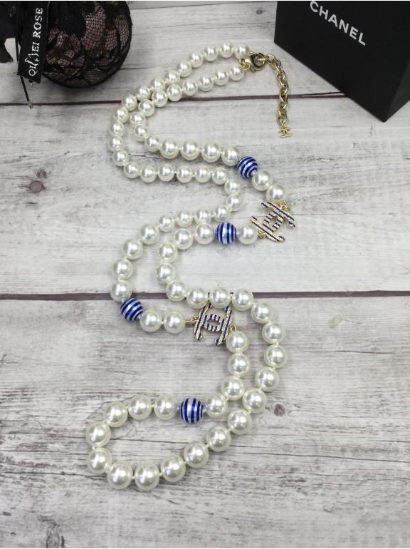Колье Chanel Белые Жемчужинки Бело - Голубые Вставки Значки