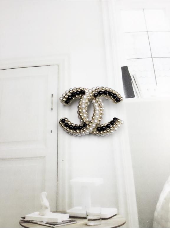 Золотая Брошка Chanel черно - белые жемчужинки