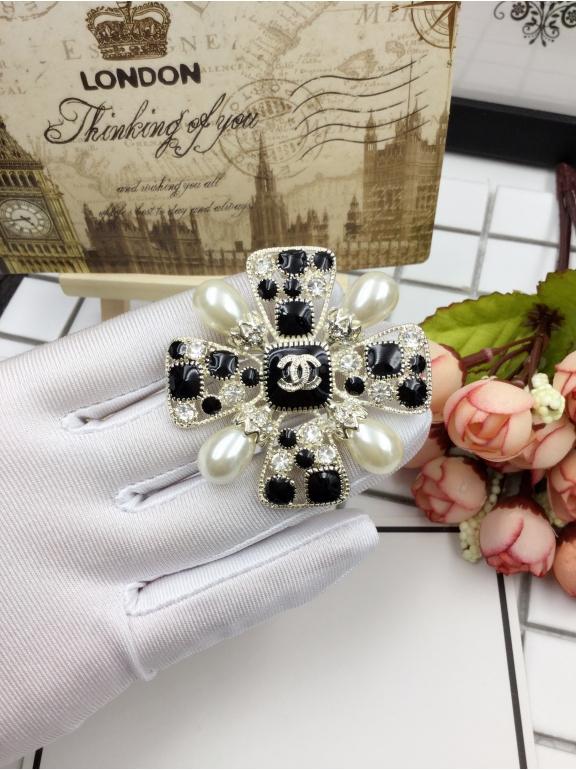 Золотая Брошка Chanel бело - черные камни жемчужинки