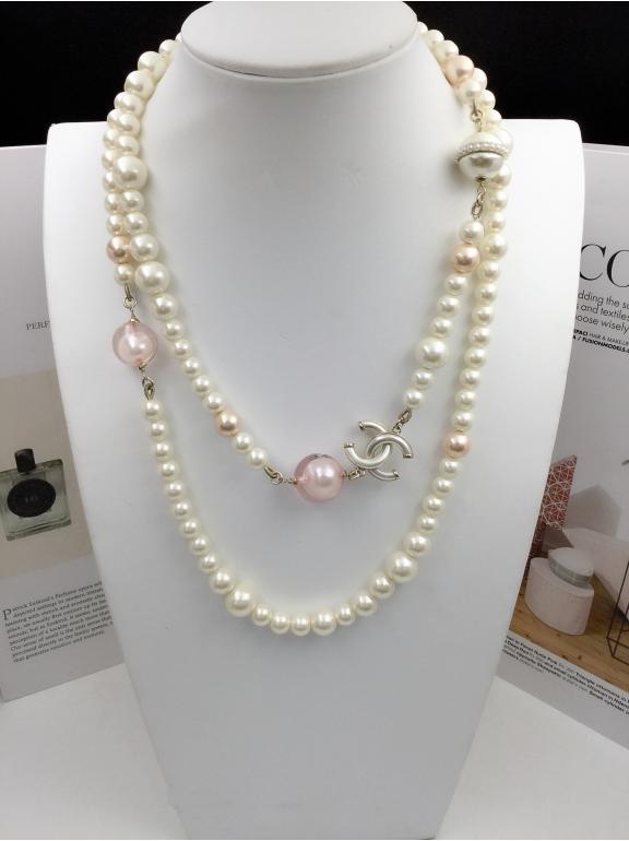 Колье Chanel белые матовые значки розовые шарики
