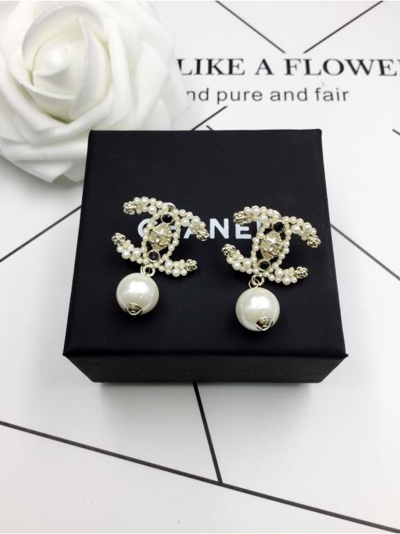 Золотые Серьги Chanel значок жемчужинка белые жемчужинки камни