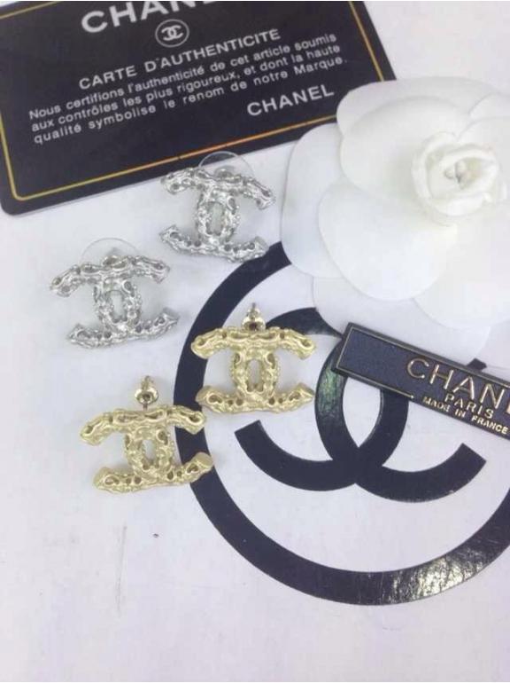 Золотые серьги Chanel матовый значок